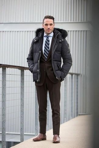 Dunkelgraue Daunenjacke kombinieren – 65 Herren Outfits: Vereinigen Sie eine dunkelgraue Daunenjacke mit einem dunkelbraunen Anzug für einen stilvollen, eleganten Look. Fühlen Sie sich mutig? Wählen Sie braunen Chelsea Boots aus Leder.