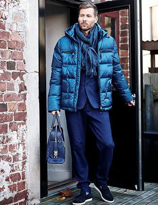Wie kombinieren: blaue Daunenjacke, blauer Wollanzug, dunkelblaue Slip-On Sneakers aus Wildleder, dunkelblaue Leder Aktentasche