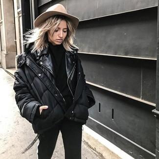 Wie kombinieren: schwarze Daunenjacke, schwarze Leder Bikerjacke, schwarzer Rollkragenpullover, schwarze enge Hose