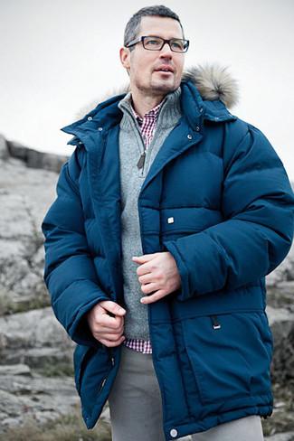 Wie kombinieren: blaue Daunenjacke, grauer Pullover mit einem Reißverschluss am Kragen, rotes Businesshemd mit Vichy-Muster, graue Chinohose