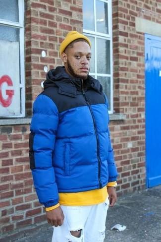 Wie kombinieren: blaue Daunenjacke, gelbes Sweatshirt, weiße Jeans mit Destroyed-Effekten, gelbe Mütze