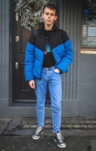 Teenager: Schwarzes bedrucktes T-Shirt mit einem Rundhalsausschnitt kombinieren – 18 Herren Outfits: Ein schwarzes bedrucktes T-Shirt mit einem Rundhalsausschnitt und hellblaue Jeans sind eine perfekte Wochenend-Kombination. Dunkelblaue und weiße hohe Sneakers aus Segeltuch sind eine großartige Wahl, um dieses Outfit zu vervollständigen.
