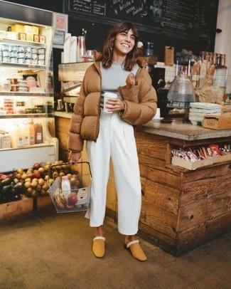 Wie kombinieren: braune Daunenjacke, grauer Pullover mit einem Rundhalsausschnitt, weiße weite Hose, beige Wildleder Pantoletten