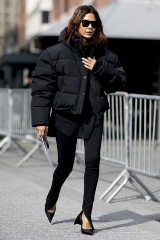 Wie kombinieren: schwarze Daunenjacke, schwarzes Businesshemd, schwarze enge Hose, schwarze Satin Pumps