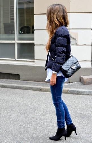 Schwarze gesteppte Satchel-Tasche aus Leder kombinieren: trends 2020: Wenn Sie ein super entspanntes City-Outfit zaubern möchten, erwägen Sie das Tragen von einer dunkelblauen Daunenjacke und einer schwarzen gesteppten Satchel-Tasche aus Leder. Schwarze elastische Stiefeletten sind eine perfekte Wahl, um dieses Outfit zu vervollständigen.