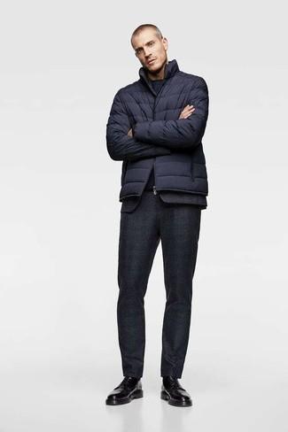 Wie kombinieren: dunkelblaue Daunenjacke, schwarzer Wollanzug, dunkelblaues T-Shirt mit einem Rundhalsausschnitt, schwarze Leder Derby Schuhe