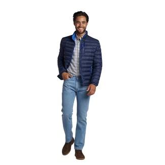 Wie kombinieren: dunkelblaue Daunenjacke, weißes Langarmhemd mit Schottenmuster, hellblaue Jeans, dunkelbraune Chukka-Stiefel aus Leder