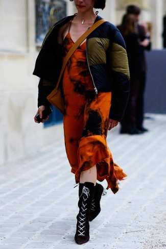 Wie kombinieren: dunkelblaue Daunenjacke, orange Mit Batikmuster Maxikleid, schwarze Schnürstiefeletten aus Wildleder, beige Leder Umhängetasche
