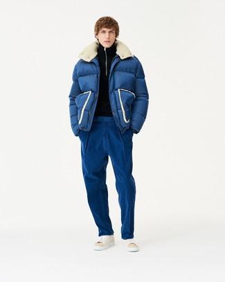 dunkelblaue Daunenjacke, schwarzer Pullover mit einem Reißverschluss am Kragen, blaue Chinohose, hellbeige hohe Sneakers aus Leder für Herren