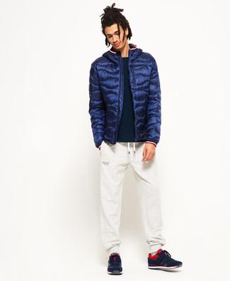 Wie kombinieren: dunkelblaue Daunenjacke, schwarzer Pullover mit einem Rundhalsausschnitt, weiße Jogginghose, rote und schwarze Sportschuhe
