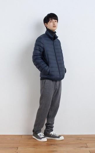 Dunkelblaue leichte Daunenjacke kombinieren – 12 Herren Outfits: Kombinieren Sie eine dunkelblaue leichte Daunenjacke mit einer grauen Chinohose, um einen eleganten, aber nicht zu festlichen Look zu kreieren. Wenn Sie nicht durch und durch formal auftreten möchten, wählen Sie grauen Segeltuch niedrige Sneakers.