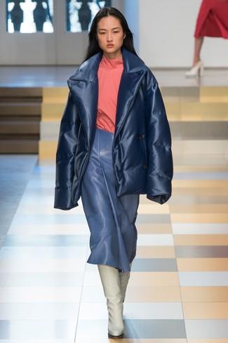 dunkelblaue Daunenjacke, rosa Rollkragenpullover, blauer Midirock aus Leder, weiße kniehohe Stiefel aus Leder für Damen