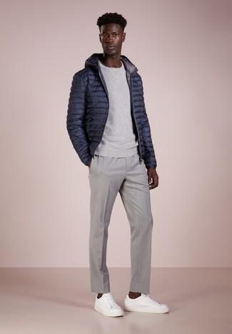 Graues Sweatshirts kombinieren – 366 Herren Outfits: Kombinieren Sie ein graues Sweatshirts mit einer grauen Chinohose für ein Alltagsoutfit, das Charakter und Persönlichkeit ausstrahlt. Vervollständigen Sie Ihr Look mit weißen Leder niedrigen Sneakers.