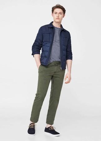 Wie kombinieren: dunkelblaue Daunenjacke, dunkelblaues und weißes horizontal gestreiftes T-Shirt mit einem Rundhalsausschnitt, olivgrüne Chinohose, schwarze Leinenschuhe