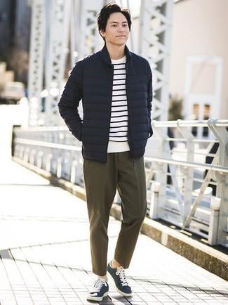 Dunkelblaue leichte Daunenjacke kombinieren – 12 Herren Outfits: Etwas Einfaches wie die Paarung aus einer dunkelblauen leichten Daunenjacke und einer olivgrünen Chinohose kann Sie von der Menge abheben. Fühlen Sie sich mutig? Vervollständigen Sie Ihr Outfit mit dunkelblauen und weißen Segeltuch niedrigen Sneakers.