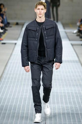 dunkelgraue Daunenjacke, schwarzer Pullover mit einem Rundhalsausschnitt, dunkelgraue Chinohose, weiße Lederfreizeitstiefel für Herren