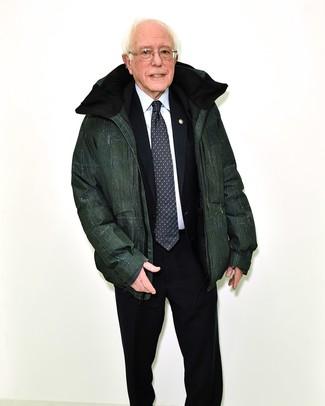 Wie kombinieren: dunkelgrüne Daunenjacke, schwarzer Anzug, weißes Businesshemd, schwarze und weiße bedruckte Krawatte
