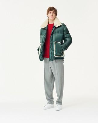 Wie kombinieren: dunkelgrüne Daunenjacke, roter Pullover mit einem Rundhalsausschnitt, graue Anzughose, weiße Leder niedrige Sneakers
