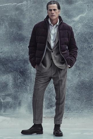 Elegante kühl Wetter Outfits Herren 2020: Kombinieren Sie eine dunkellila Daunenjacke mit einem grauen Wollanzug mit Schottenmuster für eine klassischen und verfeinerte Silhouette. Fühlen Sie sich mutig? Komplettieren Sie Ihr Outfit mit einer schwarzen Lederfreizeitstiefeln.