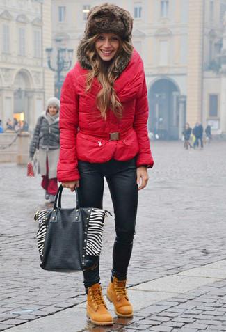Wie kombinieren: rote Daunenjacke, schwarze Leder enge Jeans, beige Nubuk flache Stiefel mit einer Schnürung, schwarze und weiße Shopper Tasche aus Leder