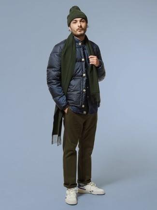 Dunkelblaues Jeanshemd kombinieren für kalt Wetter: trends 2020: Erwägen Sie das Tragen von einem dunkelblauen Jeanshemd und einer olivgrünen Chinohose für einen bequemen Alltags-Look. Komplettieren Sie Ihr Outfit mit weißen und dunkelblauen Segeltuch niedrigen Sneakers.