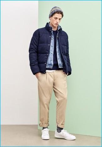 Wie kombinieren: dunkelblaue Daunenjacke, hellblaue Jeansjacke, dunkelblauer Pullover mit einem Rundhalsausschnitt, weißes T-Shirt mit einem Rundhalsausschnitt