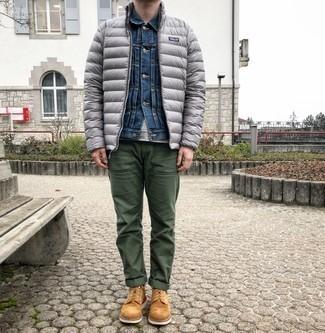 Daunenjacke kombinieren – 500+ Herren Outfits: Vereinigen Sie eine Daunenjacke mit einer dunkelgrünen Chinohose für einen für die Arbeit geeigneten Look. Komplettieren Sie Ihr Outfit mit einer rotbraunen Wildlederfreizeitstiefeln.