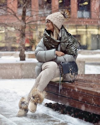 Wie kombinieren: graue Daunenjacke, hellbeige Jogginghose, hellbeige Ugg Stiefel, graue Leder Umhängetasche