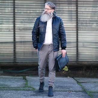50 Jährige: Transparente Sonnenbrille kombinieren – 500+ Herren Outfits: Kombinieren Sie eine dunkelblaue Daunenjacke mit einer transparenten Sonnenbrille für einen entspannten Wochenend-Look. Dunkelblaue Chelsea Boots aus Leder putzen umgehend selbst den bequemsten Look heraus.