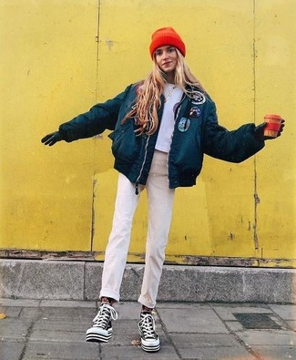 74e36f2b5b59 Wie kombinieren  dunkeltürkise Daunenjacke, graues bedrucktes kurzes  Oberteil, hellbeige Jeans, schwarze und