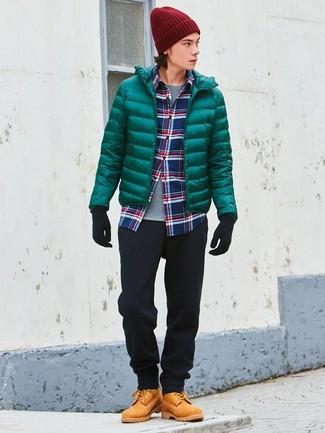 Wie kombinieren: grüne Daunenjacke, weißes und rotes und dunkelblaues Langarmhemd mit Schottenmuster, graues T-Shirt mit einem Rundhalsausschnitt, schwarze Chinohose