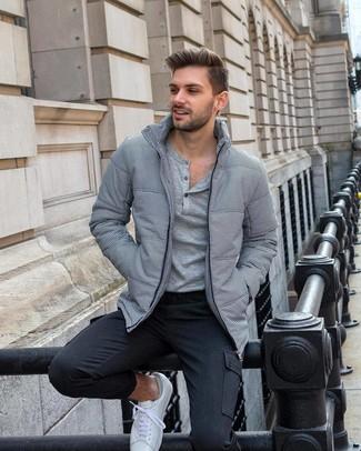 Wie kombinieren: graue Daunenjacke, graues Langarmshirt mit einer Knopfleiste, dunkelgraue Cargohose, weiße niedrige Sneakers