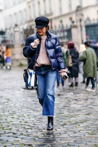 Dunkelblauen Hosenrock aus Jeans kombinieren – 2 Winter Damen Outfits: Eine dunkelblaue Daunenjacke und ein dunkelblauer Hosenrock aus Jeans ergeben zusammen eine lässige und schöne Kombination. Schwarze Leder Stiefeletten sind eine ideale Wahl, um dieses Outfit zu vervollständigen. Dieses Outfit ist ein perfektes Winter-Outfit.