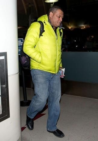 Wie kombinieren: gelbgrüne Daunenjacke, schwarzes Polohemd, dunkelblaue Jeans, schwarze Chelsea-Stiefel aus Leder