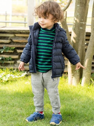 Wie kombinieren: dunkelblaue Daunenjacke, dunkelblauer horizontal gestreifter Pullover, graue Jogginghose, blaue Turnschuhe