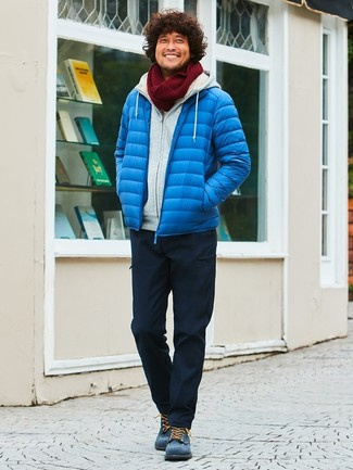 Wie kombinieren: blaue Daunenjacke, grauer Pullover mit einem Kapuze, schwarze Cargohose, dunkelblaue Wildlederfreizeitstiefel