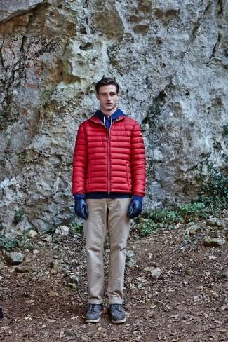 Wie kombinieren: rote Daunenjacke, blauer Pullover mit einem Kapuze, hellbeige Chinohose, schwarze Lederarbeitsstiefel