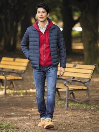 Wie kombinieren: dunkelblaue Daunenjacke, roter Pullover mit einem Kapuze, weißes Langarmhemd mit Karomuster, dunkelblaue Jeans