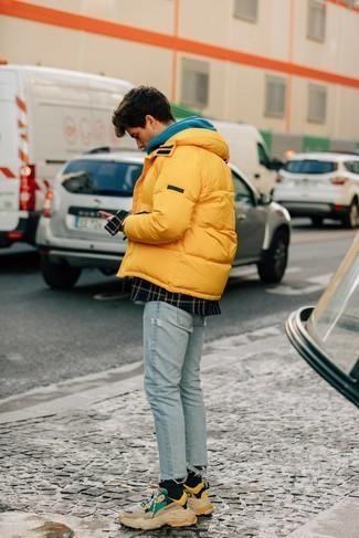 Daunenjacke kombinieren – 500+ Herren Outfits: Kombinieren Sie eine Daunenjacke mit hellblauen engen Jeans mit Destroyed-Effekten für einen entspannten Wochenend-Look. Wenn Sie nicht durch und durch formal auftreten möchten, wählen Sie hellbeige Sportschuhe.