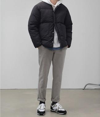 Jacke kombinieren: trends 2020: Kombinieren Sie eine Jacke mit einer grauen Chinohose, wenn Sie einen gepflegten und stylischen Look wollen. Wählen Sie die legere Option mit weißen und schwarzen Wildleder niedrigen Sneakers.