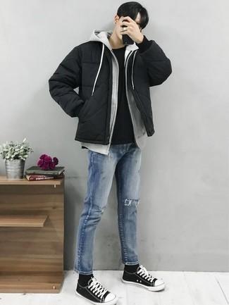 Wie Daunenjacke mit Jeans zu kombinieren: trends 2020: Tragen Sie eine Daunenjacke und Jeans für ein sonntägliches Mittagessen mit Freunden. Fühlen Sie sich ideenreich? Komplettieren Sie Ihr Outfit mit schwarzen und weißen Segeltuch niedrigen Sneakers.