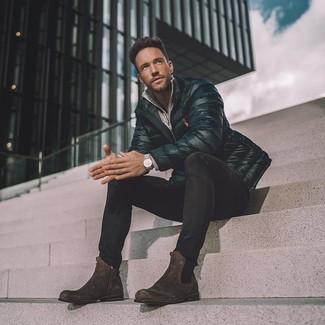Schwarze Daunenjacke kombinieren: trends 2020: Erwägen Sie das Tragen von einer schwarzen Daunenjacke und schwarzen engen Jeans, um mühelos alles zu meistern, was auch immer der Tag bringen mag. Dunkelbraune Chelsea-Stiefel aus Wildleder bringen Eleganz zu einem ansonsten schlichten Look.