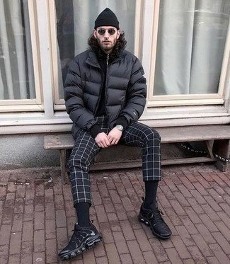 Schwarze Mütze kombinieren – 409 Casual Herren Outfits: Für ein bequemes Couch-Outfit, kombinieren Sie eine schwarze Daunenjacke mit einer schwarzen Mütze. Schwarze Sportschuhe fügen sich nahtlos in einer Vielzahl von Outfits ein.
