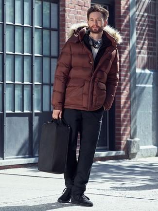 Wie kombinieren: braune Daunenjacke, schwarzer Pullover mit einem Reißverschluß, weißer Rollkragenpullover, schwarze Chinohose