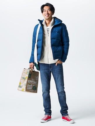 Wie kombinieren: dunkelblaue Daunenjacke, weißer Fleece-Pullover mit einem Reißverschluß, weißes und schwarzes horizontal gestreiftes T-Shirt mit einem Rundhalsausschnitt, dunkelblaue Jeans