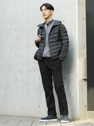 Wie kombinieren: schwarze Daunenjacke, grauer Pullover mit einem Reißverschluß, schwarzes T-Shirt mit einem Rundhalsausschnitt, schwarze Chinohose