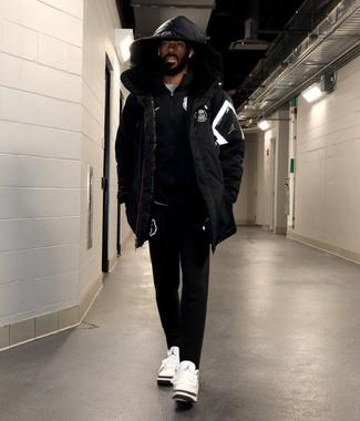 Wie kombinieren: schwarze Daunenjacke, schwarzer Pullover mit einem Reißverschluß, graues T-Shirt mit einem Rundhalsausschnitt, schwarze Jogginghose