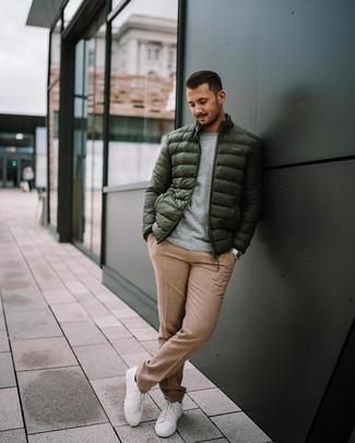 Wie kombinieren: dunkelgrüne Daunenjacke, grauer Pullover mit einem Rundhalsausschnitt, beige Wollanzughose, weiße niedrige Sneakers