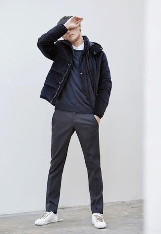 Wie kombinieren: dunkelblaue Daunenjacke, dunkelblauer Pullover mit einem Rundhalsausschnitt, weißes Businesshemd, dunkelgraue Anzughose