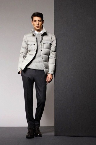 Wie kombinieren: graue Daunenjacke, grauer Pullover mit einem Rundhalsausschnitt, weißes Businesshemd, schwarze Wollanzughose
